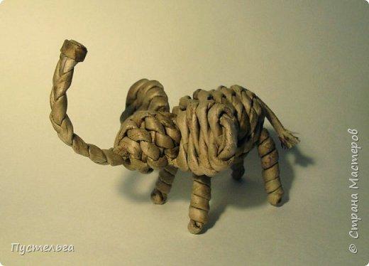 """Маленького слоника мне захотелось сплести, когда вдруг вспомнились стихи Юнны Мориц """"Слониха, слонёнок и слон""""."""