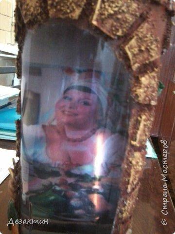 Эту бутылочку, вместимостью 1 литр, попросили сделать на праздник,какой не знаю.Оговаривалась только тыква.Думала я и вспомнила о домике в селе, подсолнухах, огородике, на котором тыквы растут... И вот что получилось. фото 2
