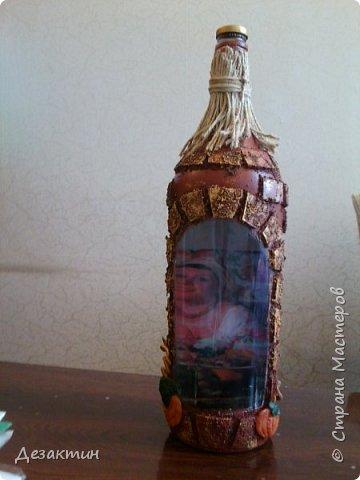 Эту бутылочку, вместимостью 1 литр, попросили сделать на праздник,какой не знаю.Оговаривалась только тыква.Думала я и вспомнила о домике в селе, подсолнухах, огородике, на котором тыквы растут... И вот что получилось. фото 1