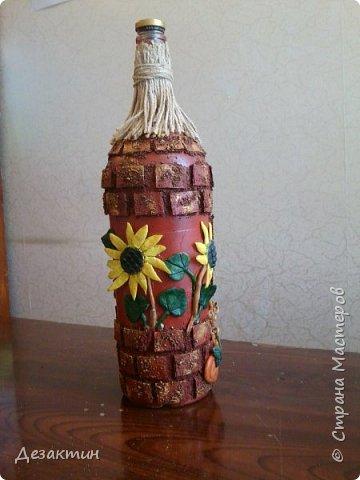 Эту бутылочку, вместимостью 1 литр, попросили сделать на праздник,какой не знаю.Оговаривалась только тыква.Думала я и вспомнила о домике в селе, подсолнухах, огородике, на котором тыквы растут... И вот что получилось. фото 3