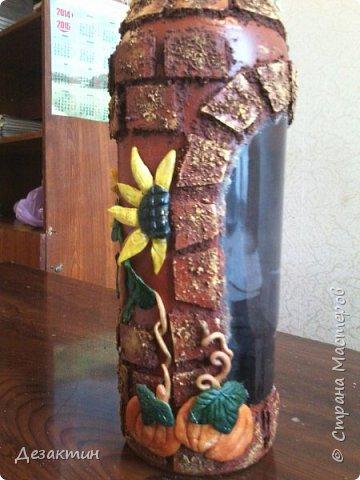 Эту бутылочку, вместимостью 1 литр, попросили сделать на праздник,какой не знаю.Оговаривалась только тыква.Думала я и вспомнила о домике в селе, подсолнухах, огородике, на котором тыквы растут... И вот что получилось. фото 4