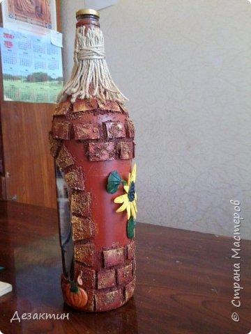 Эту бутылочку, вместимостью 1 литр, попросили сделать на праздник,какой не знаю.Оговаривалась только тыква.Думала я и вспомнила о домике в селе, подсолнухах, огородике, на котором тыквы растут... И вот что получилось. фото 5