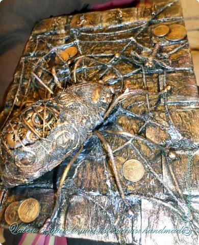 ДРУЗЬЯ, привет!!! Создала три новых работы, хочу поделиться с Вами!  Сразу предупреждаю, фоток как всегда много, так что, будте готовы)) Первая: ключница-черепаха, встречала разнообразных черепашек у нас в Стране, дам ссылочки на некоторые, особо понравившиеся: https://stranamasterov.ru/node/649516#photo1 https://stranamasterov.ru/node/566948?c=favorite https://stranamasterov.ru/node/787452#photo1 https://stranamasterov.ru/node/720990#photo1 https://stranamasterov.ru/node/574214#photo1 это далеко не все конечно же, а сколько их других, не на панношках...мммм, красотулички: https://stranamasterov.ru/node/510781 https://stranamasterov.ru/node/674402#photo1 https://stranamasterov.ru/node/148673 https://stranamasterov.ru/node/714504 https://stranamasterov.ru/node/233300#photo1 https://stranamasterov.ru/node/445879#photo1 и это, понятно, тоже лишь капля в море фантазии наших Мастеров! Спасибо девочкам-вдохновительницам!!! Знаете, как иногда что то увиденное западает в душу и покоя не даёт, пока не сделаешь подобную штучку))) Но, естественно, хотелось свою, не повторимую и не похожую на других, оформление делала так же как в рыбке(https://stranamasterov.ru/node/815681), вот, принимайте, моя(пока) красотулька драгоценная и полезная Паст(как говорит моя младшенькая):  фото 31