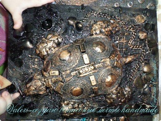 ДРУЗЬЯ, привет!!! Создала три новых работы, хочу поделиться с Вами!  Сразу предупреждаю, фоток как всегда много, так что, будте готовы)) Первая: ключница-черепаха, встречала разнообразных черепашек у нас в Стране, дам ссылочки на некоторые, особо понравившиеся: https://stranamasterov.ru/node/649516#photo1 https://stranamasterov.ru/node/566948?c=favorite https://stranamasterov.ru/node/787452#photo1 https://stranamasterov.ru/node/720990#photo1 https://stranamasterov.ru/node/574214#photo1 это далеко не все конечно же, а сколько их других, не на панношках...мммм, красотулички: https://stranamasterov.ru/node/510781 https://stranamasterov.ru/node/674402#photo1 https://stranamasterov.ru/node/148673 https://stranamasterov.ru/node/714504 https://stranamasterov.ru/node/233300#photo1 https://stranamasterov.ru/node/445879#photo1 и это, понятно, тоже лишь капля в море фантазии наших Мастеров! Спасибо девочкам-вдохновительницам!!! Знаете, как иногда что то увиденное западает в душу и покоя не даёт, пока не сделаешь подобную штучку))) Но, естественно, хотелось свою, не повторимую и не похожую на других, оформление делала так же как в рыбке(https://stranamasterov.ru/node/815681), вот, принимайте, моя(пока) красотулька драгоценная и полезная Паст(как говорит моя младшенькая):  фото 20