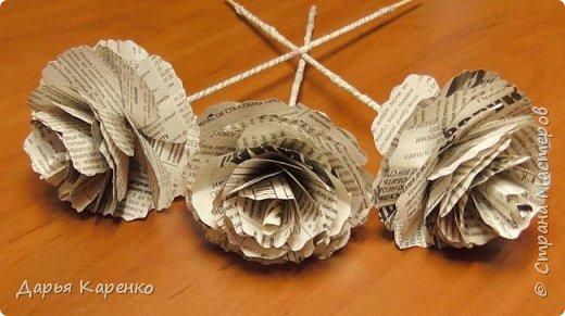 Сегодня я расскажу вам как сделать розы из обычных газет. Можно сделать оригинальный букет своими руками и поставить цветы в вазы из пластиковых бутылок. Как сделать вазы из бутылок, смотрите в моих предыдущих видео. фото 1