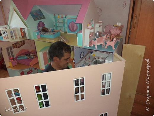 Такой кукольный домик сделал наш папа (из фанеры 6 мм.). Это одно из первых фото. фото 18