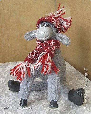 Вот такая у меня получилась овечка. Мордочку, уши, копыта и обувку слепила из папье-маше, ножки каркасные, туловище набивное. Моя Манька фотомодель, поэтому пришлось ее фотографировать во всевозможных ракурсах. фото 4