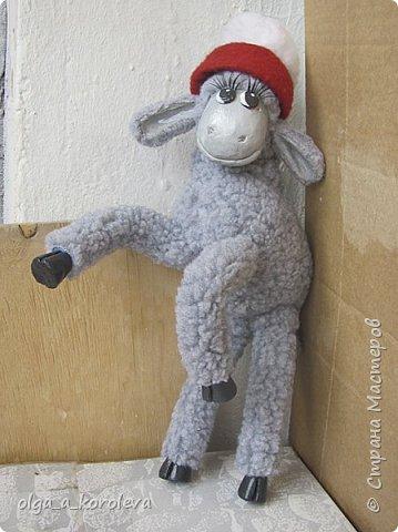 Вот такая у меня получилась овечка. Мордочку, уши, копыта и обувку слепила из папье-маше, ножки каркасные, туловище набивное. Моя Манька фотомодель, поэтому пришлось ее фотографировать во всевозможных ракурсах. фото 7