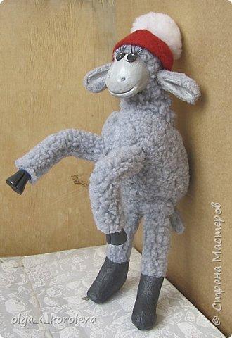 Вот такая у меня получилась овечка. Мордочку, уши, копыта и обувку слепила из папье-маше, ножки каркасные, туловище набивное. Моя Манька фотомодель, поэтому пришлось ее фотографировать во всевозможных ракурсах. фото 8
