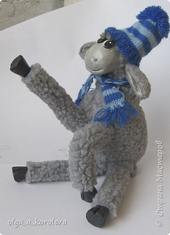 Вот такая у меня получилась овечка. Мордочку, уши, копыта и обувку слепила из папье-маше, ножки каркасные, туловище набивное. Моя Манька фотомодель, поэтому пришлось ее фотографировать во всевозможных ракурсах. фото 14