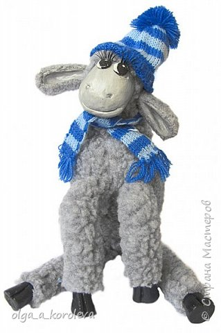 Вот такая у меня получилась овечка. Мордочку, уши, копыта и обувку слепила из папье-маше, ножки каркасные, туловище набивное. Моя Манька фотомодель, поэтому пришлось ее фотографировать во всевозможных ракурсах. фото 13