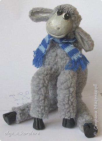 Вот такая у меня получилась овечка. Мордочку, уши, копыта и обувку слепила из папье-маше, ножки каркасные, туловище набивное. Моя Манька фотомодель, поэтому пришлось ее фотографировать во всевозможных ракурсах. фото 15