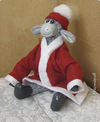 Вот такая у меня получилась овечка. Мордочку, уши, копыта и обувку слепила из папье-маше, ножки каркасные, туловище набивное. Моя Манька фотомодель, поэтому пришлось ее фотографировать во всевозможных ракурсах. фото 11