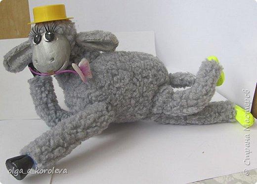 Вот такая у меня получилась овечка. Мордочку, уши, копыта и обувку слепила из папье-маше, ножки каркасные, туловище набивное. Моя Манька фотомодель, поэтому пришлось ее фотографировать во всевозможных ракурсах. фото 18