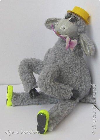 Вот такая у меня получилась овечка. Мордочку, уши, копыта и обувку слепила из папье-маше, ножки каркасные, туловище набивное. Моя Манька фотомодель, поэтому пришлось ее фотографировать во всевозможных ракурсах. фото 19