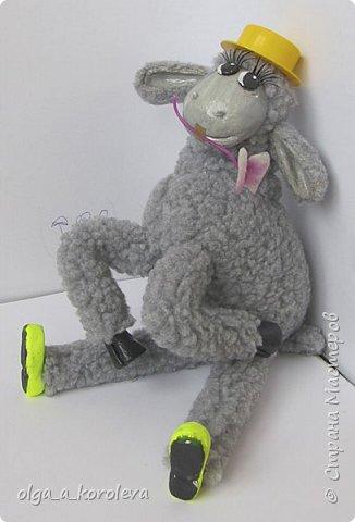Вот такая у меня получилась овечка. Мордочку, уши, копыта и обувку слепила из папье-маше, ножки каркасные, туловище набивное. Моя Манька фотомодель, поэтому пришлось ее фотографировать во всевозможных ракурсах. фото 20
