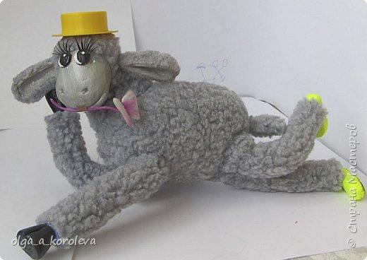 Вот такая у меня получилась овечка. Мордочку, уши, копыта и обувку слепила из папье-маше, ножки каркасные, туловище набивное. Моя Манька фотомодель, поэтому пришлось ее фотографировать во всевозможных ракурсах. фото 16