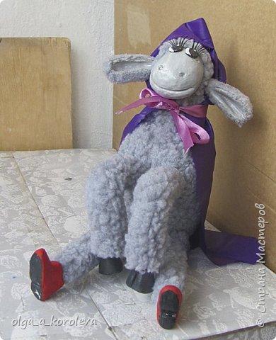Вот такая у меня получилась овечка. Мордочку, уши, копыта и обувку слепила из папье-маше, ножки каркасные, туловище набивное. Моя Манька фотомодель, поэтому пришлось ее фотографировать во всевозможных ракурсах. фото 21