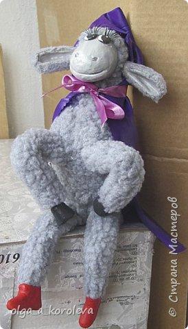 Вот такая у меня получилась овечка. Мордочку, уши, копыта и обувку слепила из папье-маше, ножки каркасные, туловище набивное. Моя Манька фотомодель, поэтому пришлось ее фотографировать во всевозможных ракурсах. фото 23