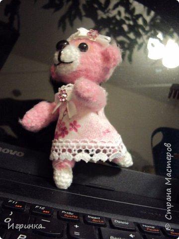Приветствую всех жителей СМ! Решила немного отвлечься от новогодних подарков и коз-овец. Сегодня представляю Вам мишутку Тэдди-почти балерину. Почти, потому, что у автора этой игрушки, Натальи Кривошеевой, эта девочка в пуантах из пластики и балетной пачке, а моя мишутка не захотела надевать пачку (вернее ее хозяйка плохая швея , а изготовить пуанты из пластики - нет необходимых инструментов). Поэтому я пошла по более легкому пути - пуанты связала вместе с ножками, а вместо пачки мы с мишкой решили надеть нарядный сарафан. Но Вы не думайте, мы все-равно отлично танцуем, вот посмотрите - ручки-ножки подвижны и умеют проделывать всевозможные па. фото 1