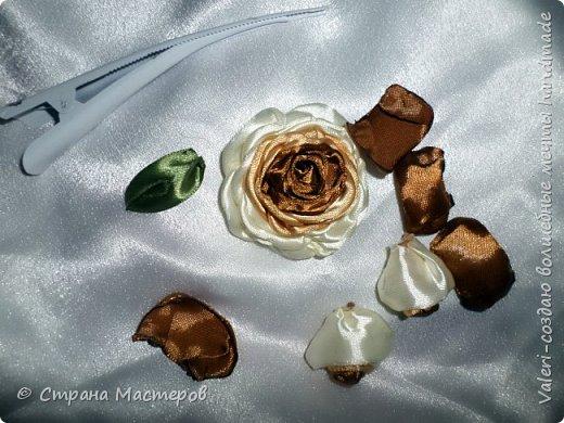 ДРУЗЬЯ, привет!!!!!  У меня дебют в канзаши, правда пробовала когда то делать бабочек и мелкие цветочки, так и не было случая попрактиковаться, но вот и пришло время и мне окунуться в прекрасный мир волшебных лент!!! Седьмого ноября у первой крестницы день рождения, как я и писала у меня две крестницы и обе Виктории! Так вот к основному подарку я решила сделать не большое дополнение, в виде заколочек и резиночек, а так как у крестницы есть старшая сестричка, то что бы не было обидно, сделала комплектик и для неё! Готовьтесь фоток много, кроме канзашек делала повторюшки и новые работы, да и не всё выкладываю, оставлю ещё на следующий раз. фото 4