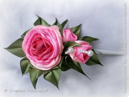ДРУЗЬЯ, привет!!!!!  У меня дебют в канзаши, правда пробовала когда то делать бабочек и мелкие цветочки, так и не было случая попрактиковаться, но вот и пришло время и мне окунуться в прекрасный мир волшебных лент!!! Седьмого ноября у первой крестницы день рождения, как я и писала у меня две крестницы и обе Виктории! Так вот к основному подарку я решила сделать не большое дополнение, в виде заколочек и резиночек, а так как у крестницы есть старшая сестричка, то что бы не было обидно, сделала комплектик и для неё! Готовьтесь фоток много, кроме канзашек делала повторюшки и новые работы, да и не всё выкладываю, оставлю ещё на следующий раз. фото 10