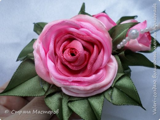 ДРУЗЬЯ, привет!!!!!  У меня дебют в канзаши, правда пробовала когда то делать бабочек и мелкие цветочки, так и не было случая попрактиковаться, но вот и пришло время и мне окунуться в прекрасный мир волшебных лент!!! Седьмого ноября у первой крестницы день рождения, как я и писала у меня две крестницы и обе Виктории! Так вот к основному подарку я решила сделать не большое дополнение, в виде заколочек и резиночек, а так как у крестницы есть старшая сестричка, то что бы не было обидно, сделала комплектик и для неё! Готовьтесь фоток много, кроме канзашек делала повторюшки и новые работы, да и не всё выкладываю, оставлю ещё на следующий раз. фото 11