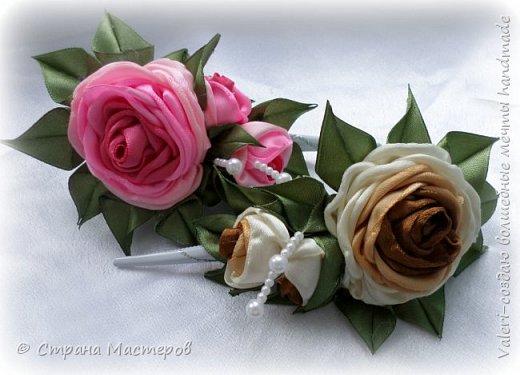 ДРУЗЬЯ, привет!!!!!  У меня дебют в канзаши, правда пробовала когда то делать бабочек и мелкие цветочки, так и не было случая попрактиковаться, но вот и пришло время и мне окунуться в прекрасный мир волшебных лент!!! Седьмого ноября у первой крестницы день рождения, как я и писала у меня две крестницы и обе Виктории! Так вот к основному подарку я решила сделать не большое дополнение, в виде заколочек и резиночек, а так как у крестницы есть старшая сестричка, то что бы не было обидно, сделала комплектик и для неё! Готовьтесь фоток много, кроме канзашек делала повторюшки и новые работы, да и не всё выкладываю, оставлю ещё на следующий раз. фото 3