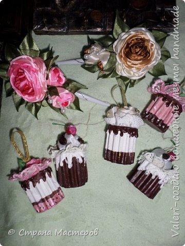 ДРУЗЬЯ, привет!!!!!  У меня дебют в канзаши, правда пробовала когда то делать бабочек и мелкие цветочки, так и не было случая попрактиковаться, но вот и пришло время и мне окунуться в прекрасный мир волшебных лент!!! Седьмого ноября у первой крестницы день рождения, как я и писала у меня две крестницы и обе Виктории! Так вот к основному подарку я решила сделать не большое дополнение, в виде заколочек и резиночек, а так как у крестницы есть старшая сестричка, то что бы не было обидно, сделала комплектик и для неё! Готовьтесь фоток много, кроме канзашек делала повторюшки и новые работы, да и не всё выкладываю, оставлю ещё на следующий раз. фото 26