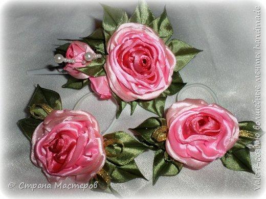 ДРУЗЬЯ, привет!!!!!  У меня дебют в канзаши, правда пробовала когда то делать бабочек и мелкие цветочки, так и не было случая попрактиковаться, но вот и пришло время и мне окунуться в прекрасный мир волшебных лент!!! Седьмого ноября у первой крестницы день рождения, как я и писала у меня две крестницы и обе Виктории! Так вот к основному подарку я решила сделать не большое дополнение, в виде заколочек и резиночек, а так как у крестницы есть старшая сестричка, то что бы не было обидно, сделала комплектик и для неё! Готовьтесь фоток много, кроме канзашек делала повторюшки и новые работы, да и не всё выкладываю, оставлю ещё на следующий раз. фото 14