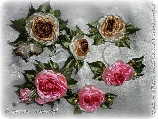 ДРУЗЬЯ, привет!!!!!  У меня дебют в канзаши, правда пробовала когда то делать бабочек и мелкие цветочки, так и не было случая попрактиковаться, но вот и пришло время и мне окунуться в прекрасный мир волшебных лент!!! Седьмого ноября у первой крестницы день рождения, как я и писала у меня две крестницы и обе Виктории! Так вот к основному подарку я решила сделать не большое дополнение, в виде заколочек и резиночек, а так как у крестницы есть старшая сестричка, то что бы не было обидно, сделала комплектик и для неё! Готовьтесь фоток много, кроме канзашек делала повторюшки и новые работы, да и не всё выкладываю, оставлю ещё на следующий раз. фото 15