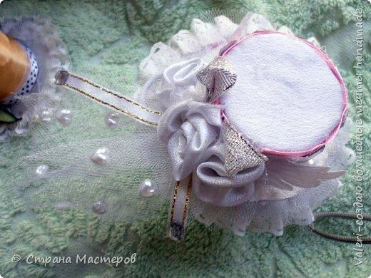 ДРУЗЬЯ, привет!!!!!  У меня дебют в канзаши, правда пробовала когда то делать бабочек и мелкие цветочки, так и не было случая попрактиковаться, но вот и пришло время и мне окунуться в прекрасный мир волшебных лент!!! Седьмого ноября у первой крестницы день рождения, как я и писала у меня две крестницы и обе Виктории! Так вот к основному подарку я решила сделать не большое дополнение, в виде заколочек и резиночек, а так как у крестницы есть старшая сестричка, то что бы не было обидно, сделала комплектик и для неё! Готовьтесь фоток много, кроме канзашек делала повторюшки и новые работы, да и не всё выкладываю, оставлю ещё на следующий раз. фото 22