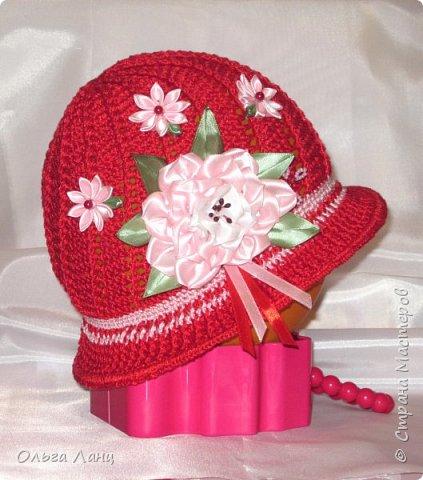 Связала для дочки вот такую шляпку под тоненький красный плащ. Смотрится очень эффектно. На улице то и дело оборачиваются разглядеть ее, может цветочная полянка на шляпке такая приметная, а может цвет удачно подобрала. Во-общем, дочка довольна, ну а маме только это и нужно было :-)