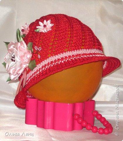 Связала для дочки вот такую шляпку под тоненький красный плащ. Смотрится очень эффектно. На улице то и дело оборачиваются разглядеть ее, может цветочная полянка на шляпке такая приметная, а может цвет удачно подобрала. Во-общем, дочка довольна, ну а маме только это и нужно было :-) фото 2