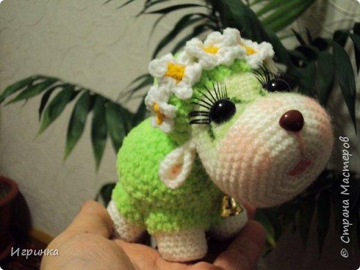 Здравствуйте жители нашей СМ! У меня снова овцы по МК Татьяны Хисматуллиной, уж очень мне понравилось оформлять этих персонажей, каждый со своим характером и сам диктует кем быть и как нарядиться. Вот, например, последняя овечка - и цветочки ей предлагала, и бантики, и шляпку связала, и косыночку, еще веночек из готовых цветочков - все напрочь отвергла. Согласилась только на веночек из нового онлайна на форуме амигуруми, но как, оказывается, он ей идет... фото 2