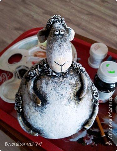 Привет, мои дорогие!!! Моя сестренка, попросила на Новый год подарочек. Сделала я ей овечку - копилку. Расскажу вам и покажу, как у меня получился вот такой пузатик:))) фото 20