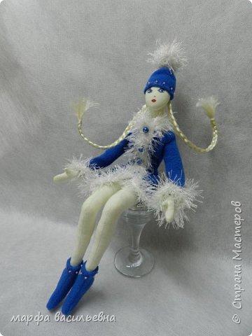 Добрый всем вечерочек или утречко.Представляю вашему вниманию парочку снегурочек,может попозже пару Дедов добавлю,если успею.  Размером они с куклу Барби. фото 9