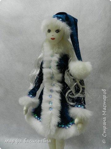 Добрый всем вечерочек или утречко.Представляю вашему вниманию парочку снегурочек,может попозже пару Дедов добавлю,если успею.  Размером они с куклу Барби. фото 6