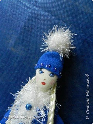 Добрый всем вечерочек или утречко.Представляю вашему вниманию парочку снегурочек,может попозже пару Дедов добавлю,если успею.  Размером они с куклу Барби. фото 10