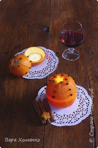 Для придания праздничной атмосферы можно сделать простой в изготовлении ароматический подсвечник. Нам понадобятся:Апельсин •Гвоздика •Молотая корица (кардамон) •Нож •Чайная ложка •Фигурная форма для печенья •Зубочистка •Чайная свеча