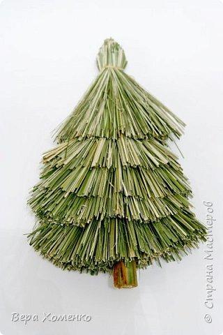 Новый год-это трепетные воспоминания детства и новогодняя елка.Ведь именно под нее дед Мороз кладет подарки.)) Создадим стильную елку-метелку из природных материалов. фото 7