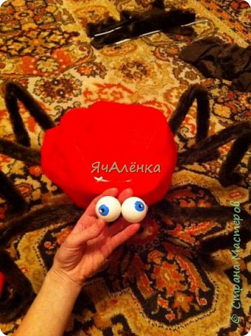 """Здравствуйте,дорогие жители страны! Мои мальчишки играли в сценке """"буратино"""" вместе с папой и были пауками! Пришлось выдумывать костюмы и вот,что из этого получилось... Веселая компания пауков деток и папы паука!)))    фото 4"""