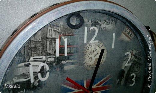Добрый день. Заказали часы в комнату для двоих мальчишек 8 и 15 лет, в Англицком стиле. Декупаж, 4 вида салфеток, основа под циферблат-художественный картон, цифры-структурная паста через трафарет, текстильный шнур, художественная подрисовка. Вокруг обрамление в виде ремня,рамка пролессирована. фото 5