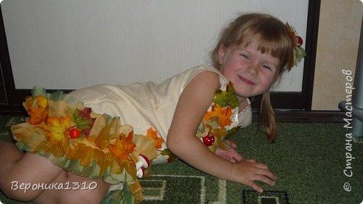 """Вот захотелось мне на праздник осени сделать дочке тематическое платье. Я вообще считаю, что пока дети в детском саду их надо наряжать. С мальчиками конечно сложнее, там только на новый год можно оторваться, но вот девочки.... Ну когда еще вы сможете одеть платье в грибочках или цветах, карнавальный костюм. Дети уже как-то быстро взрослеют и становятся серьезными. Конечно, красивы девочки в """"свадебных"""" платьях как принцессы. Но мне они на детях совсем не нравятся. Буду стараться бороться с этими платьями насколько хватит сил. Итак, Решилась я на этот эксперимент. Сразу скажу - ШИТЬ НЕ УМЕЮ. Не люблю, даже ненавижу. Бесит меня это занятие. НО тут захотелось соригинальничить. фото 9"""