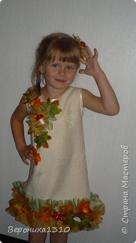 """Вот захотелось мне на праздник осени сделать дочке тематическое платье. Я вообще считаю, что пока дети в детском саду их надо наряжать. С мальчиками конечно сложнее, там только на новый год можно оторваться, но вот девочки.... Ну когда еще вы сможете одеть платье в грибочках или цветах, карнавальный костюм. Дети уже как-то быстро взрослеют и становятся серьезными. Конечно, красивы девочки в """"свадебных"""" платьях как принцессы. Но мне они на детях совсем не нравятся. Буду стараться бороться с этими платьями насколько хватит сил. Итак, Решилась я на этот эксперимент. Сразу скажу - ШИТЬ НЕ УМЕЮ. Не люблю, даже ненавижу. Бесит меня это занятие. НО тут захотелось соригинальничить. фото 10"""