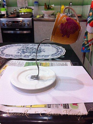 Доброго времени суток:) Сегодня я хочу вам показать, как делать парящую кружку. Нам понадобится: -кружка -блюдце -кофе в зернах -плоскогубцы -клей  -вилка  И так, приступим: фото 3