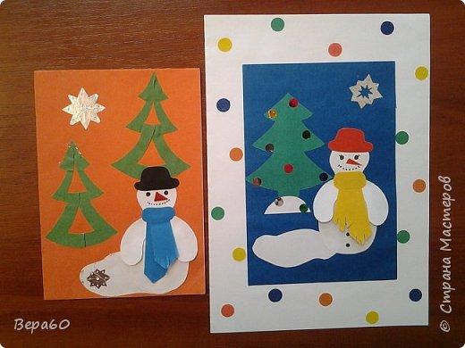 """Хочу показать открытки к Новому году, которые прошли так сказать испытание временем. Лет 15, а то и больше, назад никаких модных сейчас скрапнаборов, дыроколов и других приспособлений и материалов для бумаги не было. Были шаблоны и трафареты из картона, изготовленные своими руками. И были дети, с которыми, как и сейчас, хотелось сделать что-то красивое к празднику. Возраст детей, с которыми я делала и делаю эти открытки 1-4 класс. Эти открытки хороши тем, что по материалам - затрат минимум. Размер они имеютотА4, сложенного вдвое, до А5 тоже сложенного вдвое. То есть открытки двойные. Первая открытка """"Снеговик"""" - для ребят 1-2 класса. Здесь главное правильно соблюсти сборку снеговика: Туловище - руки - концы шарфа -потом кусочек шарфа, который шею закрывает и шляпа. Все чертежи на открытки даю в конце - может кому пригодится. фото 1"""
