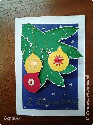 """Хочу показать открытки к Новому году, которые прошли так сказать испытание временем. Лет 15, а то и больше, назад никаких модных сейчас скрапнаборов, дыроколов и других приспособлений и материалов для бумаги не было. Были шаблоны и трафареты из картона, изготовленные своими руками. И были дети, с которыми, как и сейчас, хотелось сделать что-то красивое к празднику. Возраст детей, с которыми я делала и делаю эти открытки 1-4 класс. Эти открытки хороши тем, что по материалам - затрат минимум. Размер они имеютотА4, сложенного вдвое, до А5 тоже сложенного вдвое. То есть открытки двойные. Первая открытка """"Снеговик"""" - для ребят 1-2 класса. Здесь главное правильно соблюсти сборку снеговика: Туловище - руки - концы шарфа -потом кусочек шарфа, который шею закрывает и шляпа. Все чертежи на открытки даю в конце - может кому пригодится. фото 3"""