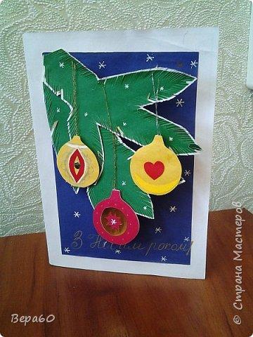"""Хочу показать открытки к Новому году, которые прошли так сказать испытание временем. Лет 15, а то и больше, назад никаких модных сейчас скрапнаборов, дыроколов и других приспособлений и материалов для бумаги не было. Были шаблоны и трафареты из картона, изготовленные своими руками. И были дети, с которыми, как и сейчас, хотелось сделать что-то красивое к празднику. Возраст детей, с которыми я делала и делаю эти открытки 1-4 класс. Эти открытки хороши тем, что по материалам - затрат минимум. Размер они имеютотА4, сложенного вдвое, до А5 тоже сложенного вдвое. То есть открытки двойные. Первая открытка """"Снеговик"""" - для ребят 1-2 класса. Здесь главное правильно соблюсти сборку снеговика: Туловище - руки - концы шарфа -потом кусочек шарфа, который шею закрывает и шляпа. Все чертежи на открытки даю в конце - может кому пригодится. фото 4"""