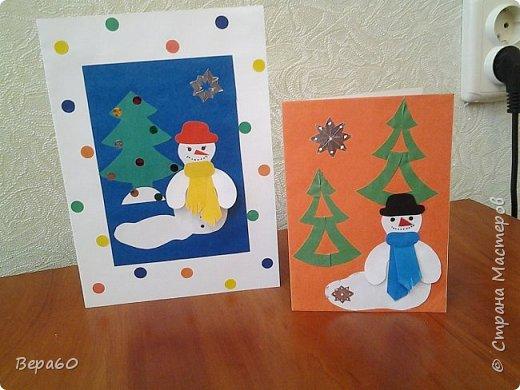 """Хочу показать открытки к Новому году, которые прошли так сказать испытание временем. Лет 15, а то и больше, назад никаких модных сейчас скрапнаборов, дыроколов и других приспособлений и материалов для бумаги не было. Были шаблоны и трафареты из картона, изготовленные своими руками. И были дети, с которыми, как и сейчас, хотелось сделать что-то красивое к празднику. Возраст детей, с которыми я делала и делаю эти открытки 1-4 класс. Эти открытки хороши тем, что по материалам - затрат минимум. Размер они имеютотА4, сложенного вдвое, до А5 тоже сложенного вдвое. То есть открытки двойные. Первая открытка """"Снеговик"""" - для ребят 1-2 класса. Здесь главное правильно соблюсти сборку снеговика: Туловище - руки - концы шарфа -потом кусочек шарфа, который шею закрывает и шляпа. Все чертежи на открытки даю в конце - может кому пригодится. фото 2"""